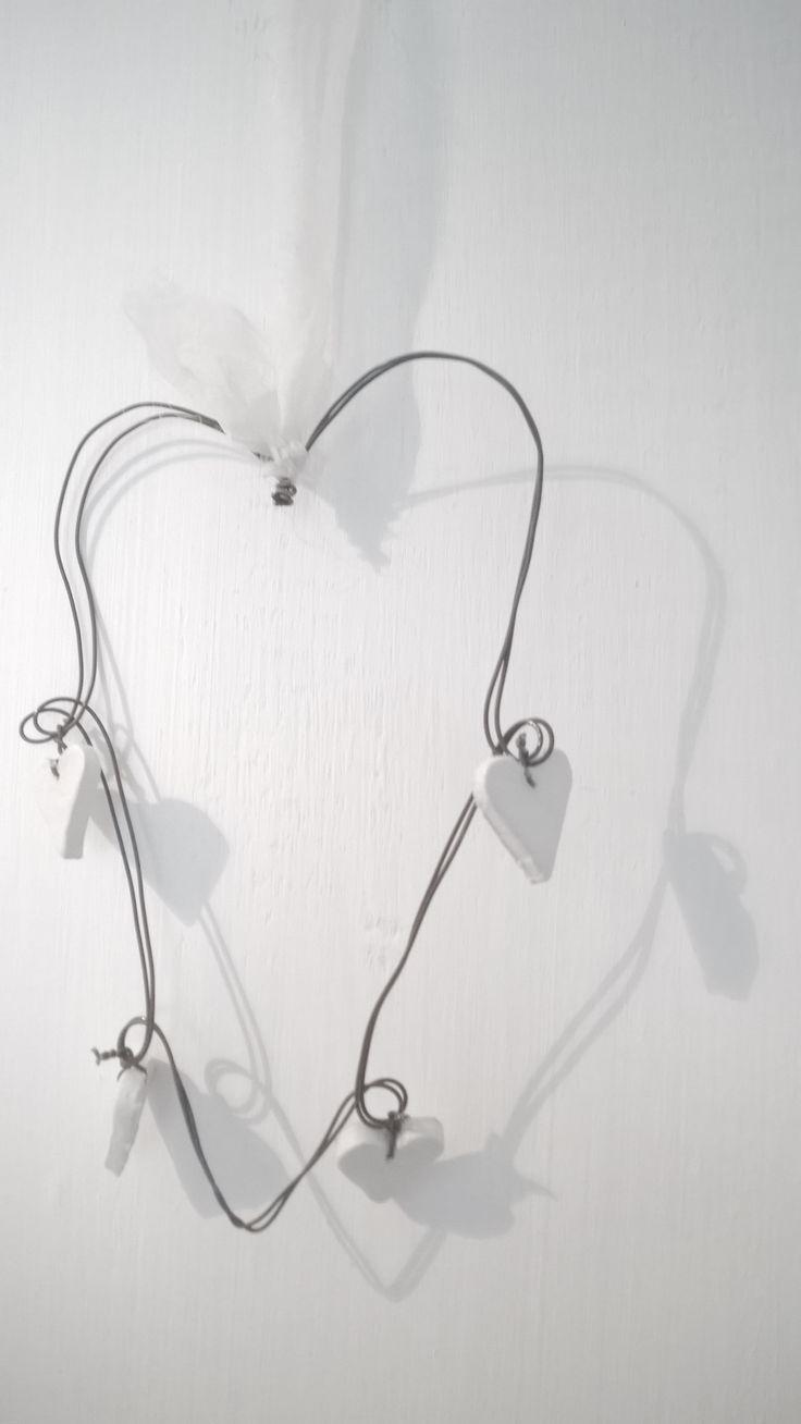 Decorazione a cuore in fil di ferro.