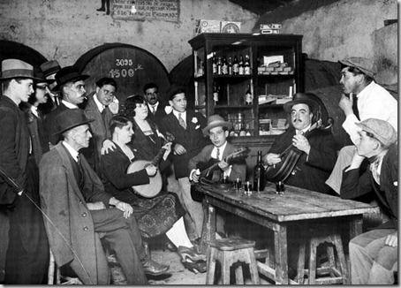 """Fado no restaurante """"Ferro de Engomar"""", na Estrada de Benfica, em 1930."""