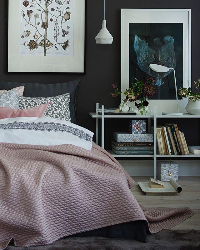Ett sovrum som är mörkt, ombonat, modernt och samtidigt lite romantiskt. Oslagbart fin förgkombo med grått och gammalrosa...! Se hela miljön med alla köptips på lakan, överkast och detaljer, plus ytterligare ett vackert sovrum i tidningen. Nr 9 i butik nu! Styling Helene Holmstedt foto @wolfgangkleinschmidt #skönahem #inredning #sovrum #inspiration #bedroom #interior