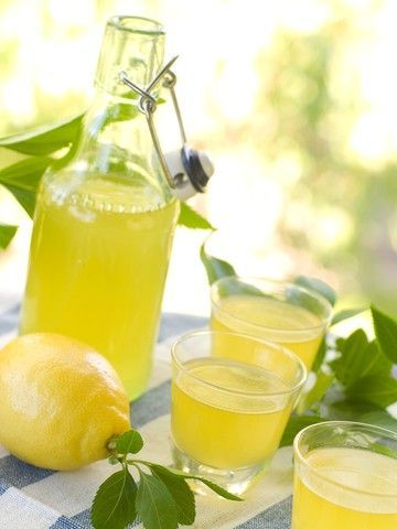 Limoncello oppskrift 1 liter sprit 60 % 1 ½ liter vann 1 kg sukker Skallet av 8 økologiske sitroner. Skrell sitronene, men fjern den hvite delen av skall