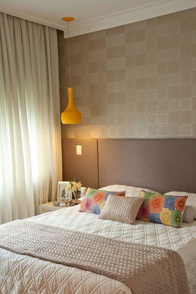quarto de casal, branco, fendi, amarelo, cabeceira estofada, papel de parede