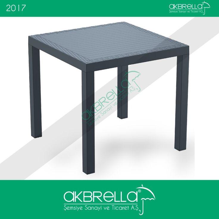 Siyah rattan masa, düz desen ayakları, kenarlarındaki örgü motifleri ve çizgili masa yüzeyiyle Akbrella'da. #rattanmasa #rattanbahçemobilyası