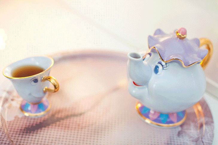 The most adorable teapot and cup in the world http://www.leblogdelamechante.fr/blog-mode/maman-y-a-une-dame-dans-lchateau/?utm_campaign=coschedule&utm_source=pinterest&utm_medium=Eleonore%20Bridge&utm_content=Maman%20y%20a%20une%20dame%20dans%20l%27ch%C3%A2teau%20%21