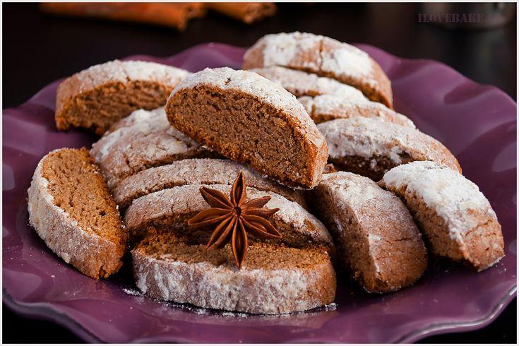 Piernikowe ciasteczka (biscotti) to włoski przepis przypominający sucharki. Chrupiące, słodkie o cudownym piernikowym aromacie. Idealne do filiżanki herbaty lub kawy w zimie.