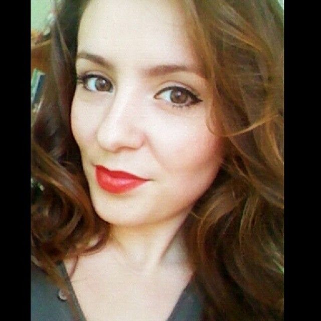 Red lips and curls