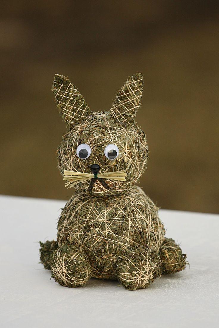 Velikonoční zajíček ze sena Ručně vyrobený zajíček ze sena, v.20cm.Součástí výrobku je visačka certifikátu.Krásná dekorace na Velikonoce.