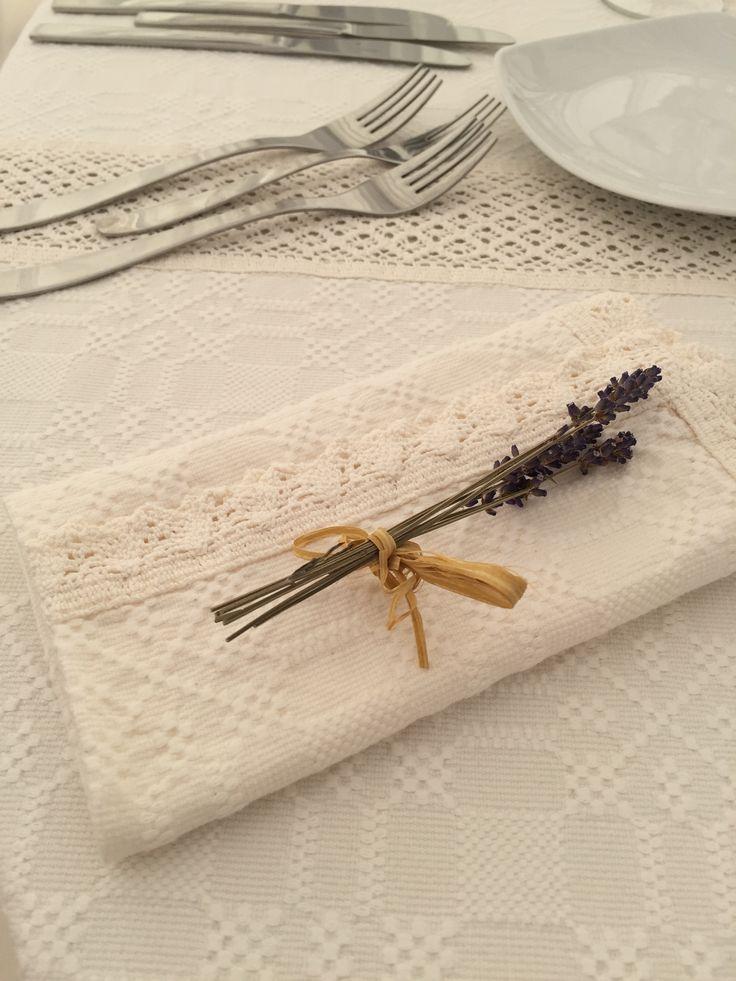 Servet din bumbac cu dantela lucrata manual si buchetel din lavanda - Laced cotton napkin, handmade, with a lavander detail