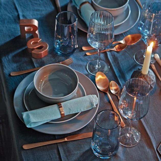 Silvester machen wir dieses Jahr zum Glanzstück. Mit tiefem Blau und schimmerndem Kupfer liegt unsere Tafel voll im Trend. Ein edler und doch lässiger...