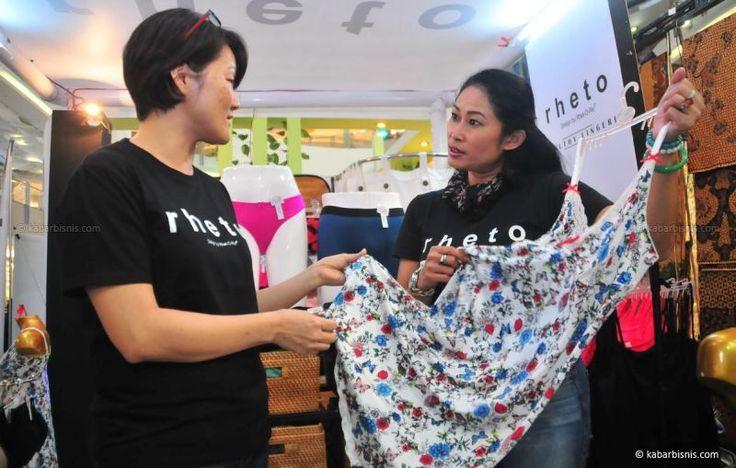 Head Area Bali & Surabaya Retho, Monti Milati (kanan) sedang menunjukkan salah satu produk Rheto khusus untuk wanita di acara bertajuk Healthy Lingerie di Surabaya. Dalam acara ini menghadirkan produk baju dalam yang aman, tidak mengganggu kesehatan kulit, tidak menggunakan bahan kimia dan saat ini banyak produk lebih menonjolkan aspek keindahan penampilan tanpa begitu peduli dengan keamanan dan kesehatannya. Rheto adalah sebuah brand pakaian dalam asli Indonesia yang mendapatkan sertifik...