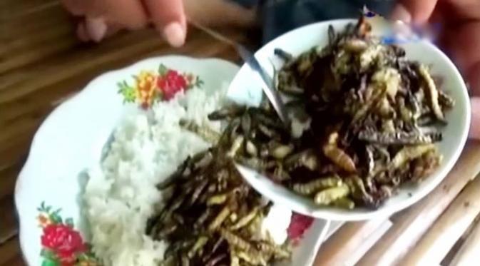 Untuk 1 mangkuk penuh berisi ulat dan kepompong seberat 500 gr, dijual dengan harga Rp 25.000.
