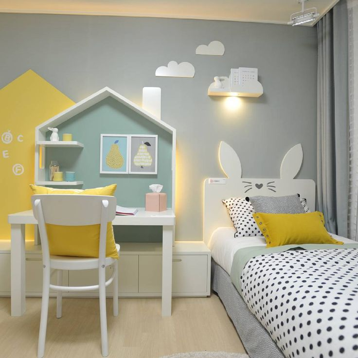 House desk and bunny ears headboard, kids room buena idea cortar las patas traseras de la mesa