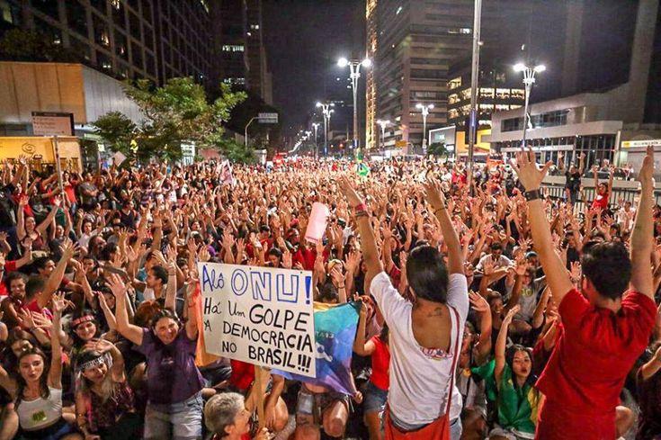 Liderado por jovens e mulheres, sem grandes estruturas ou carros de som, um ato pela democracia e contra o golpe foi convocado pelas redes sociais e, em pouco tempo, tingiu a principal avenida de São Paulo de vermelho. Confira imagens Por Camila Boehm, na Agência Brasil Manifestantes ocuparam a avenida Paulista na noite de hoje …