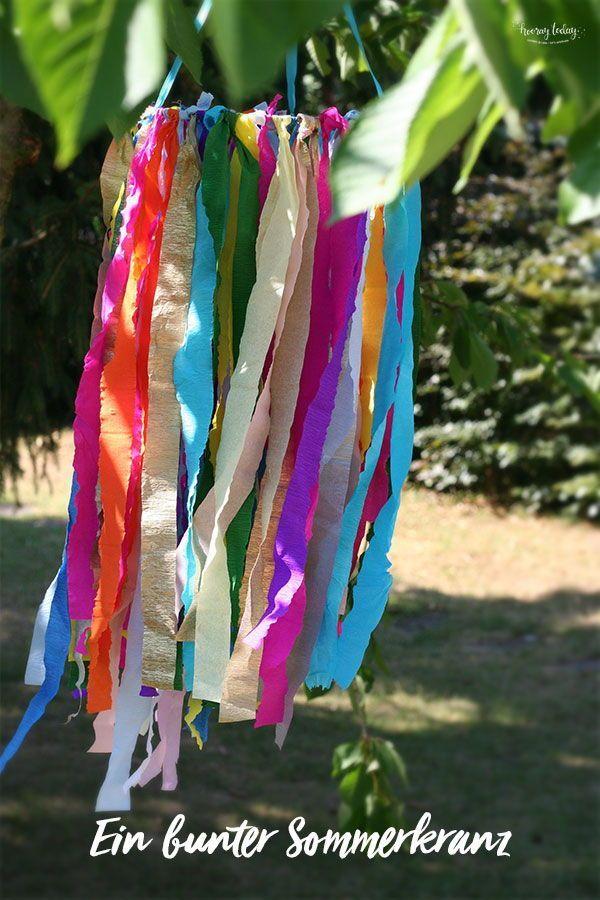 Die Idee für diesen wundervollen Sommerkranz kam uns letzten Monat zum Mittsommer-Fest. Heute zeigen wir euch auf dem Blog wie ihr diese wunderschöne Sommerdeko für den Garten basteln könnt.