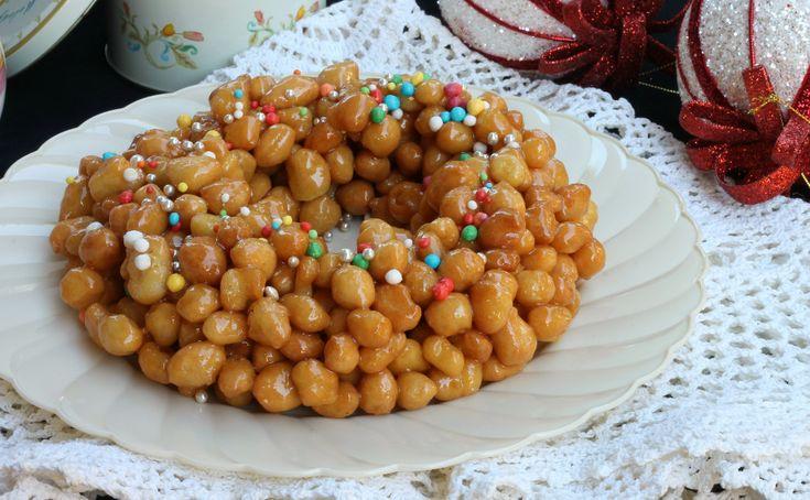 Gli struffoli napoletani sono un dolce tipico di Natale che non manca mai sulle tavole napoletane. Facilissimi, ma c'è un segreto!
