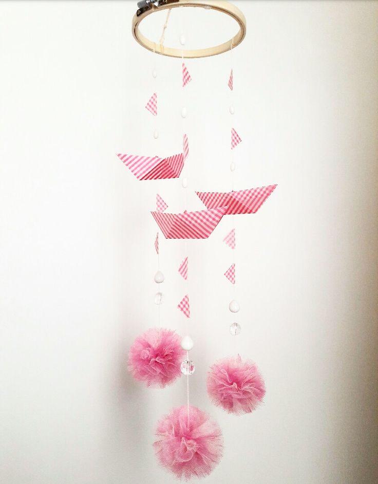 Giostrina per la cameretta e la decorazione della casa con barchette origami rosa, pompon di tulle, bandierine e perline - regalo bimbi di EffeDetails su Etsy
