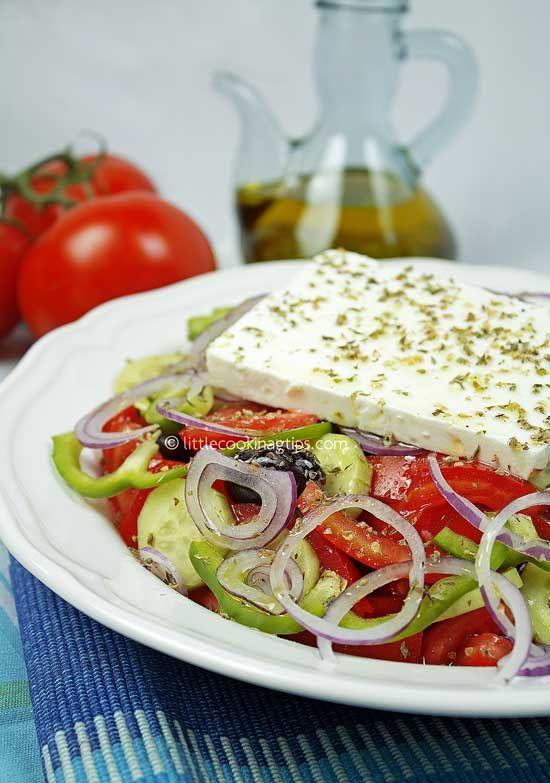 The authentic Greek Salad (Horiatiki). Preparazione: Lavate e asciugate l'insalata e mettetela nella ciotola. Lavate tutte le altre verdure: togliete la buccia del cetriolo e tagliatelo a fettine.Tagliate anche il pomodoro, il peperone verde a dadini. Tagliate invece la cipolla rossa a fettine sottili. Mettete tutti gli ingredienti nella ciotola con l'insalata insieme alle olive nere.e la feta a dadini Condite con un filo di olio d'oliva, un pizzico di sale e una spolverata di origano .