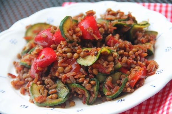 Kuchnia w wersji light: Sałatka z czerwonym ryżem, soczewicą i cukinią