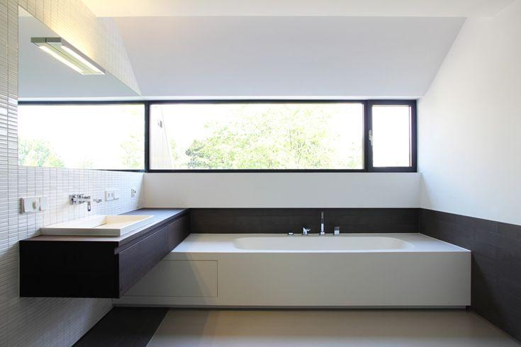 Witte badkamer zorgt voor een moderne stijl.