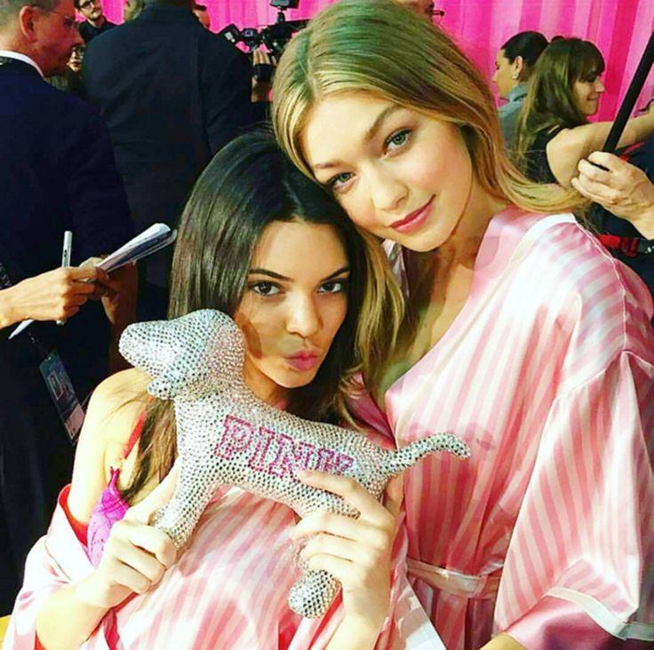 Kendal e Gigi Hadid no backstage da Victoria's Secret (Foto: Reprodução/Instagram)