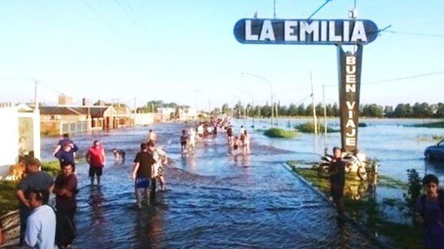 """INUNDADOS DE #LAEMILIA: VIDEO VIRAL DENUNCIA PELEAS POLITICAS DEL GOBIERNO Y NO LLEGA AYUDA    Grave: denuncian que el gobierno no deja llegar ayuda a los inundados de San Nicolás """"Por orden de Patricia Bullrich solo puede asistir el gobierno y no dejan pasar autos particulares"""" aseguraron. Las quejas de los vecinos de San Nicolás ante la falta de presencia del Estado en medio de las inundaciones tuvieron hoy un agravante: la denuncia de que las fuerzas de seguridad no permiten que llegue a…"""