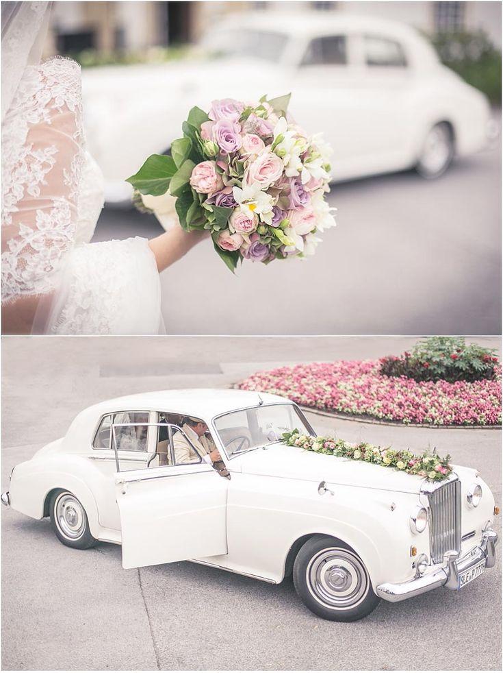 Hochzeit, Oldtimer, weißes Auto, altes Auto, Rolls Royce, Hochzeitsauto, Brautstrauß, Brautkleid, Braut, rosa, weiß, Foto: Violeta Pelivan