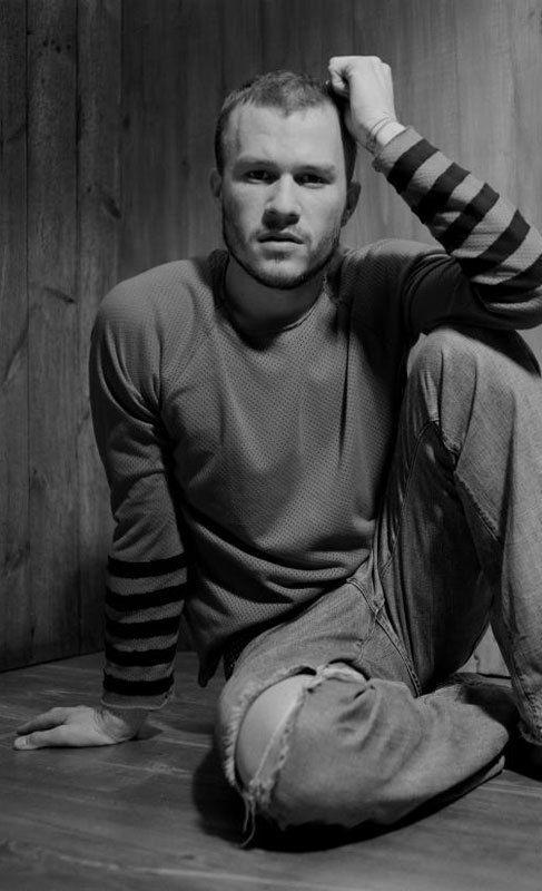 Heath Ledger. La muerte del actor Heath Ledger conmocionó al mundo. El actor fue encontrado inconsciente en su cama por su ama de llaves y su masajista, con la que tenía una cita -ésta, al ver que nadie le abría la puerta, llamó al ama de llaves para que la dejara entrar-. Tras la autopsia, se declaró que Ledger había fallecido de forma accidental por una combinación de medicamentos para el insomnio, la depresión, la ansiedad, el dolor y el resfriado. No obstante, nunca llegó a determinarse…