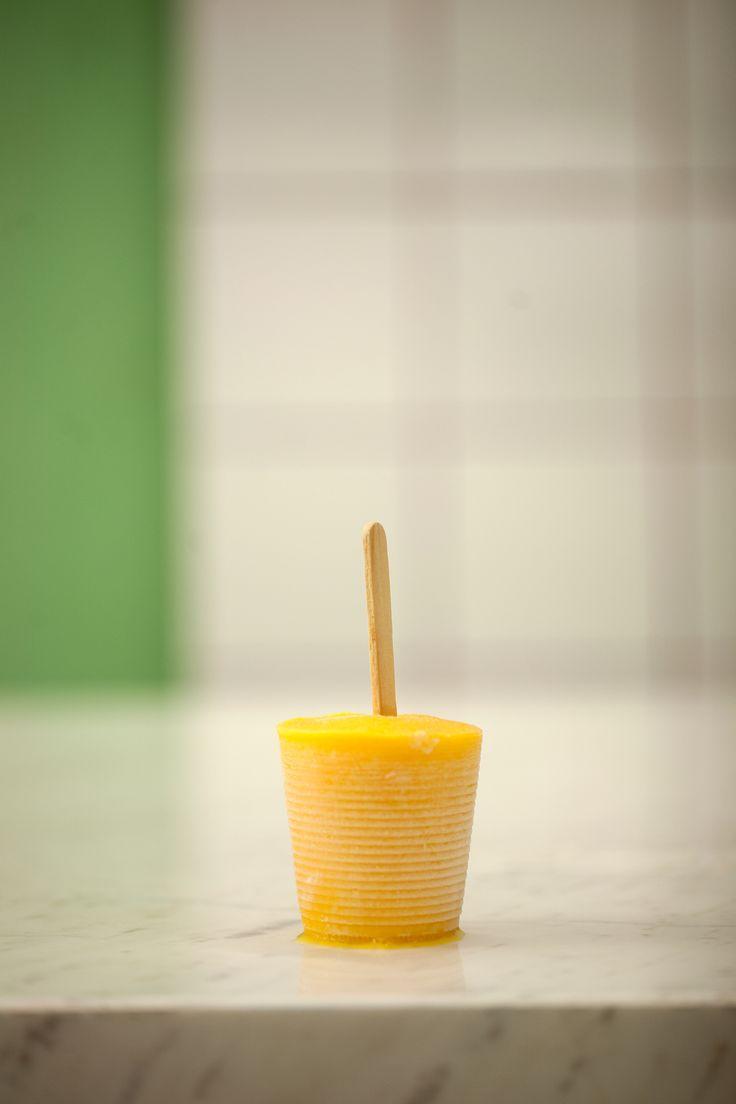 Picolé de manga com iogurte | #ReceitaPanelinha: A manga palmer, que não deixa fiapos, garante que esta delicinha caseira - junto com iogurte e açúcar - fique deliciosa. E aí, tudo de que você precisa é um dia quente (e um palito de picolé).