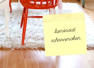 Hup, alles aan de kant! Het is tijd om het laminaat schoon te maken. Geen idee hoe je dat het beste kunt doen, zonder strepen te krijgen? Hierbij handige tips voor een schone laminaatvloer in een paar minuten! Laminaat schoonmaken doe…