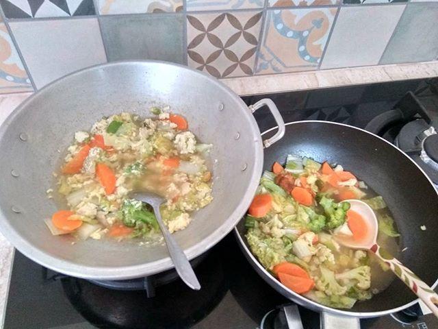 Mendadak ga masuk kerja pak bojo cz flu cuzzz deh ke dapur juga akhirnya setelah sekian lama😀bikin yg anget2 deh untung aja di kulkas ad persediaan cuaca di sini galau mendung n hujan rintik terus jadilah capcay yg satu pke telur yg satu bening tanpa cabe buat kak nasywa..#instafood #instaphoto #instadaily #kitchen #capcay #foodporn  Yummery - best recipes. Follow Us! #foodporn