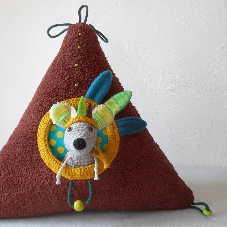 Šaman+II.+Polštář+ve+tvaru+trojúhelníku+s+úkrytem+pro+myšáka.+Polštář+je+vysoký+45+cm.+Myšák+měří+17+cm.+Indiánská+čelenka+je+sundavací.