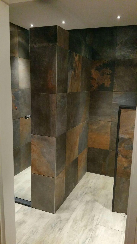 Mijn kleine landelijke badkamer met tegels van de sauna. Voelt heerlijk warm en knus aan!