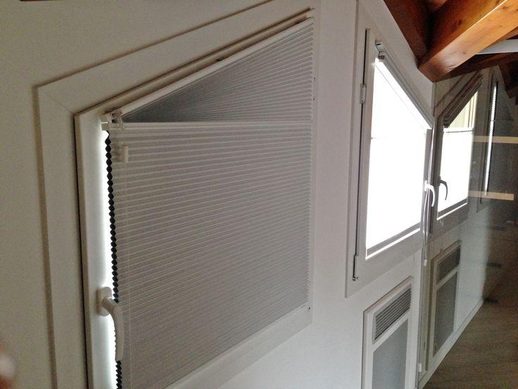 Un'idea originale ma pratica si trova con la scelta delle tende plissettate, nelle immagini proposte troverete la versione blackout con tessuto tecnico, sagomata in base alla forma delle finestre.