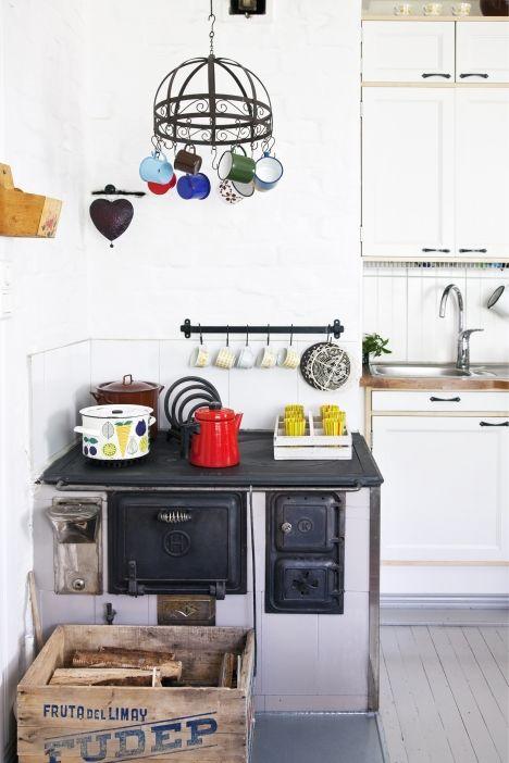 Rintamiestalon keittiössä kahvi keitetään puuhella. | Unelmien Talo&Koti  Kuvat: Juho Huttunen Toimittaja: Anna Pirkola