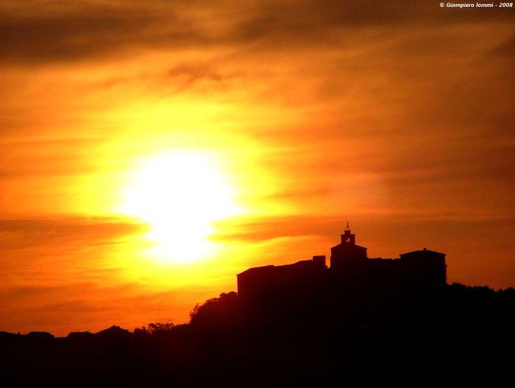 ... sunrise: the shining sun at the international country of hat ! Il risplendere dell'alba sul centro storico di Montappone ... #HatsDistrict.