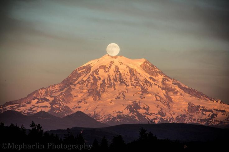 The supermoon captured over Mount Rainier in Washington - Tommy McPharlin