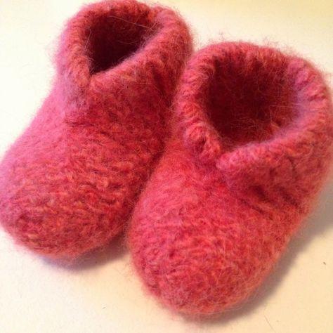 """Det første indlæg til """"sy til din baby"""" bliver et strikkeprojekt som har ligget på trapperne i en uges tid.   Jeg har nemlig fået to forespø..."""
