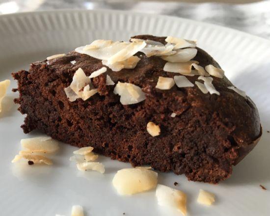 Jeg havde hørt om denne chokoladekage, men tænkte at den ikke battede hos mine smagsløg, når kun den bestod af TO ingredienser; mørk chokolade og æg. Men jeg tog undelynme' fejl! For hold da op, hvor er den god! Det er sådan en kage, der får ens mundvand til at løbe og smagsløg til at flyv....