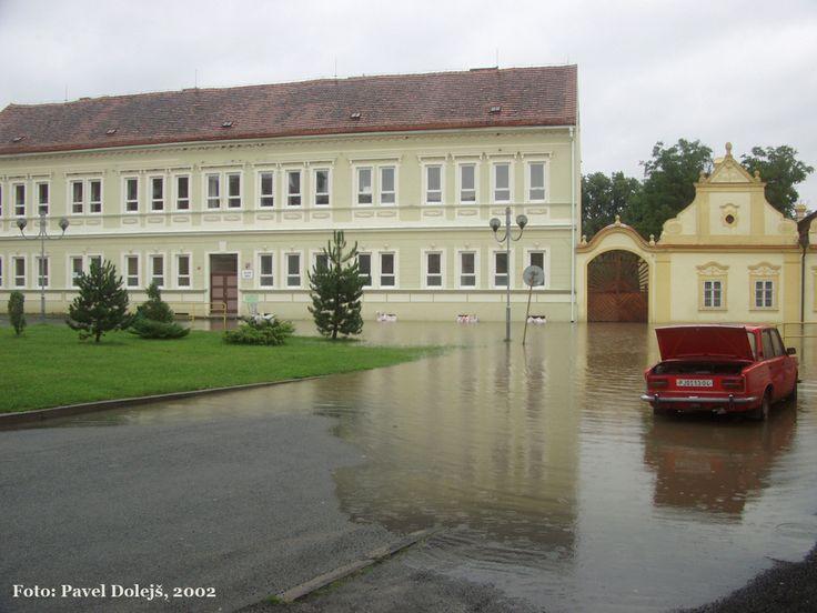 2002, Stod, povodeň, škola na Komenského náměstí, foto Pavel Dolejš.