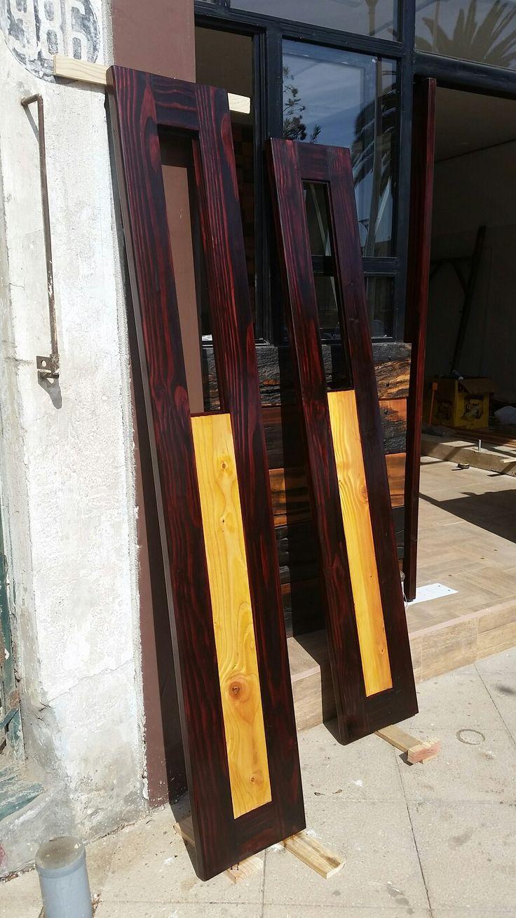 Fabricación de puertas batientes para local comercial en puertas de pino oregón a 2 tonos