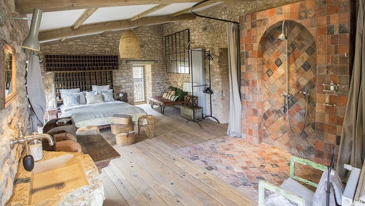 This french provincial house has one spacious suite with - Maison provinciale rustique campagne svetti ...