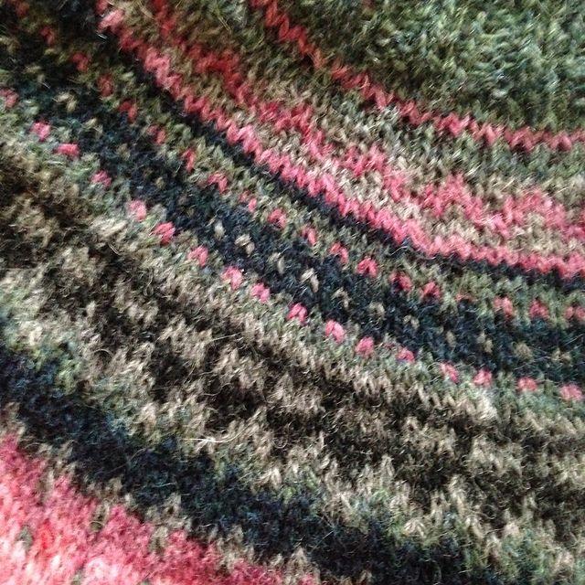 Ravelry: Project Gallery for Damejakka Loppa / Flea – a lady's cardigan pattern by Pinneguri