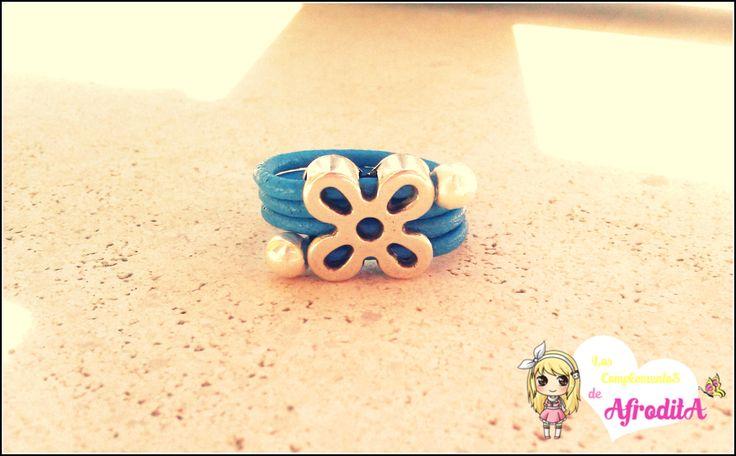 Anillo de cuero azul con zamak de flor