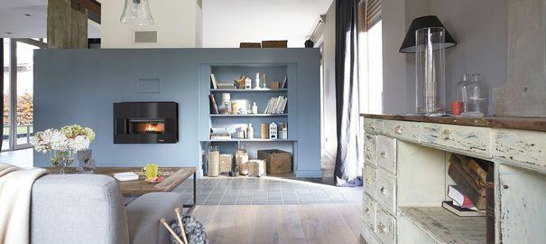 Salon mur bleu avec cheminée encastrée Leroy Merlin