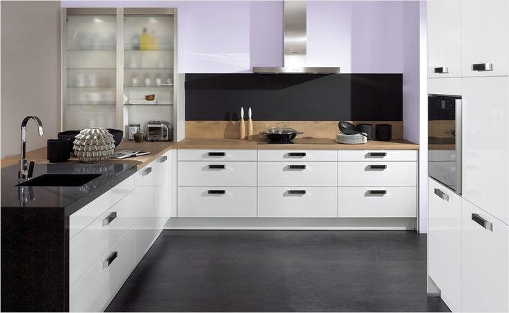 Große Arbeitsflächen erleichtern die Umsetzung von kulinarischen Ideen. Die großen Schubladen bieten Platz, um alle Küchenutensilien zu verstauen.