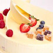 Κέικ υγρό με φράουλες και λευκή σοκολάτα