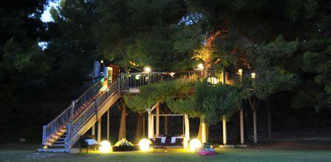 Bar à cocktails Dans les arbres   Château des Creissauds, 13400 Aubagne  Ouvert tous les jours de 20h30 à minuit jusqu'en septembre.  Cocktails 8 €, Finger food 4 €  Sur réservation au 04 91 24 84 45