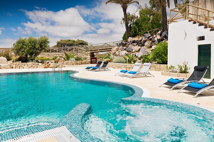 Description: Uitmuntende casa's met luxueuze ruimtelijke inrichting.  Mooie geschakelde casa?s. In het zuiden van Tenerife op een steenworp afstand van het authentieke Arico en praktisch aan de voet van de vulkaan vind je 3 mooie geschakelde casa?s midden in een grote boomgaard. Zo samen met de zeer creatief ingerichte tuin en het mooi gevormde zwembad lijkt het wel een juweeltje ergens op een tropisch eiland. De inrichting van de huizen is op zijn zachts gezegd smaakvol te noemen en vooral…