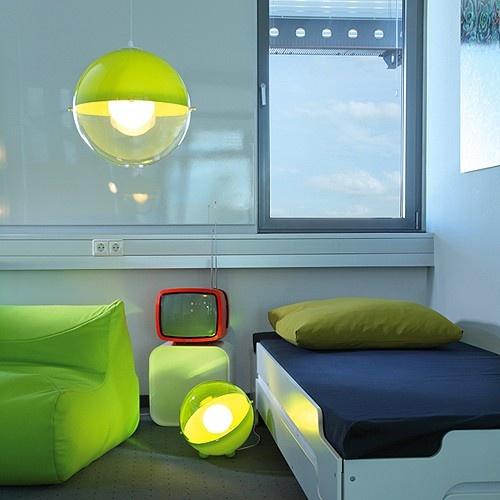 Nowoczesna i elegancka lampa niemieckiej marki Koziol. Produkt został wykonany z tworzywa sztucznego. Lampa posiada kulisty kształt. Produkt doskonale prezentuje się w nowoczesnych wnętrzach.