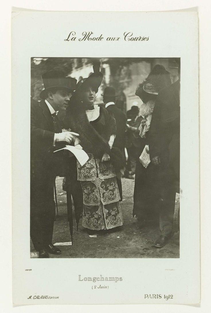 frères Seeberger | La Mode aux Courses, frères Seeberger, A. Calavas, 1912 | Dame in toilet met op de rok zes dezelfde vierkante stukken kant en een grote hoed, tussen ander publiek bij de paardenraces van Longchamps.