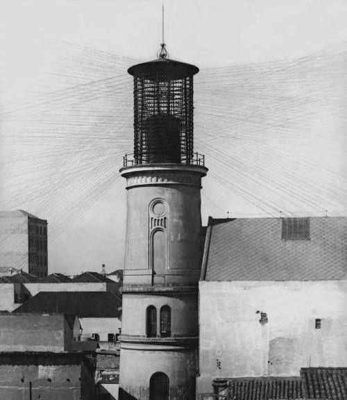 Década de 20 - Torre da Companhia Telephonica de transmissão de fios para cada usuário que ficava na Rua Benjamin Constant,
